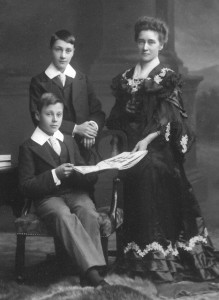 David Bremner (standing) with his brother James and his mother c1899 From www.bremnerroots.co.uk